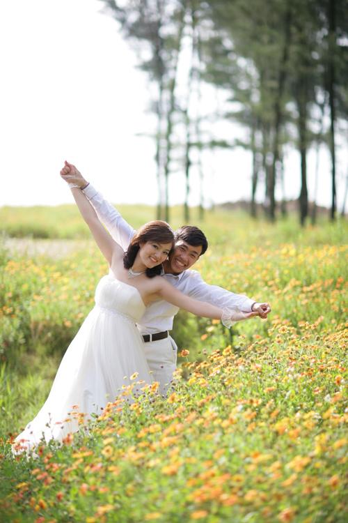 Cô dâu và chú rể trong bộ ảnh 'Ra đi để trở về' thể hiện tình yêu bên nhau.