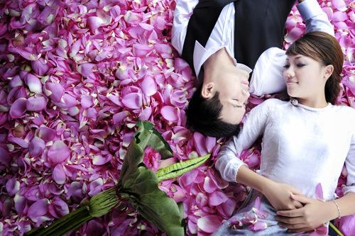 Việc tham khảo các bộ ảnh trên mạng Internet sẽ giúp bạn tìm ra nhiều địa điểm đẹp. Trong ảnh là cô dâu và chú rể trong bộ 'Không bao giờ bỏ cuộc'.