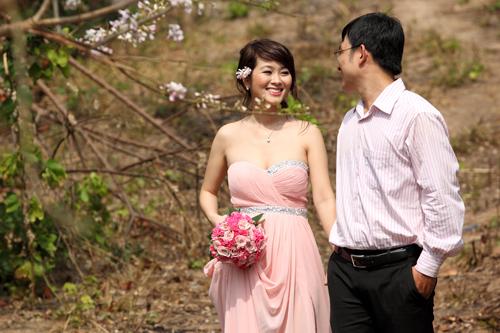 Cô dâu trong bộ ảnh 'Hoa tình yêu' chọn trang phục là chiếc váy dạ hội hồng và trang điểm, làm tóc nhẹ nhàng.