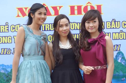 Ngọc Hân và Lưu Hương Giang có mặt từ sớm để ủng hộ cho hoạt động bình chọn vịnh Hạ Long của Trung ương Đoàn thanh niên thành phố Hà Nội.