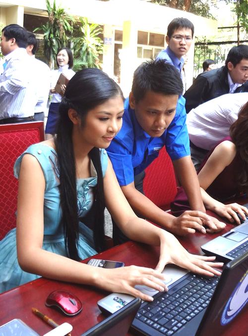 Hoa hậu Việt Nam 2010 là người rất tích cực tham gia các hoạt động xã hội và từ thiện. Vừa qua, cô cùng Hoa hậu Thùy Dung, người đẹp Phan Thị Lý đã đến Hạ Long để thực hiện bộ ảnh ủng hộ cho cuộc bình chọn.