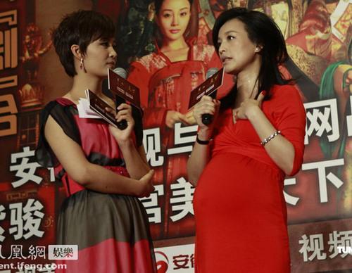 """Chia sẻ với báo giới, nữ diễn viên này khoe, cô mang thai lần này là con trai, gia đình coi như """"âm dương cân bằng"""", hy vọng cuộc sống sẽ luôn êm ấm và hạnh phúc."""
