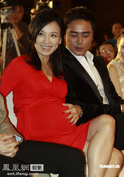 """Trương Đình khiến nhiều người ngạc nhiên khi bế bụng đi dự buổi họp báo ra mắt """"Cao Thanh đại đồ"""". Nữ diễn viên này vui vẻ khoe, cô đã mang thai được 7 tháng, dự kiến sẽ lâm bồn vào khoảng cuối năm."""
