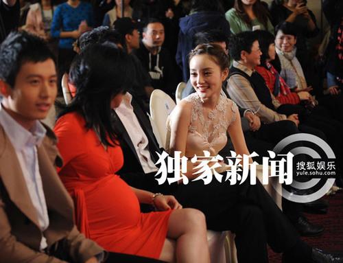 Ngồi kế bên Trương Đình là nữ diễn viên Lý Tiểu Lộ, cả hai vui vẻ