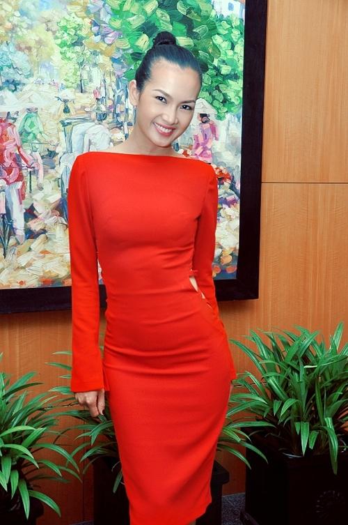 Anh Thư chọn trang phục rực rỡ sắc đỏ khi dự tiệc. Người đẹp cũng chọn một đôi giày cùng màu rực rỡ.