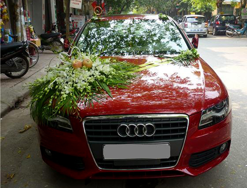 Với những cô dâu chú rể thích trẻ trung , thời trang thì chiếc xe Audi A4 sedan màu trắng hoặc đỏ là sự lựa chọn hợp lý. Ưu điểm của xe là dáng dài, thương hiệu Audi nổi tiếng, màu sắc nổi bật so với các xe cùng đoàn xe cưới.
