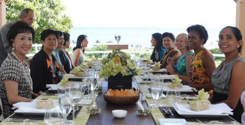 Sau khi chụp ảnh lưu niệm cùng Đệ nhất phu nhân Mỹ, các quý bà ăn trưa cùng nhau.