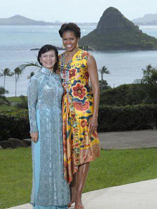 Phu nhân Chủ tịch nước Việt Nam chụp ảnh cùng Đệ nhất phu nhân Mỹ.