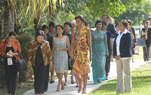 Tham dự cùng phu nhân của các nguyên thủ quốc gia khác, bà Mai Hạnh nổi bật với áo dài truyền thống của Việt Nam.