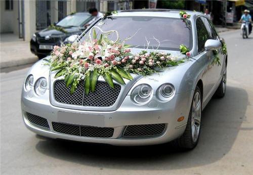 Các công ty cho thuê xe cưới cũng sẽ cung cấp dịch vụ trang trí hoa cho bạn. Trong ảnh là xe Bentley với giá thuê 9 triệu. Ảnh: Đông A Transport.