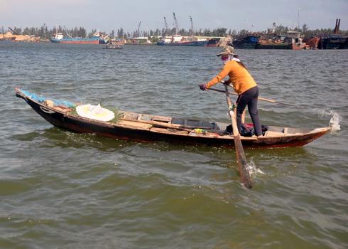 Vòng hoa được gửi từ xã Tam Quang vượt sông qua xã đảo Tam Hải, huyện Núi Thành viếng đám tang nạn nhân Võ Thị Thiện Thẩm chết đuối trong vụ chìm phà sáng nay.