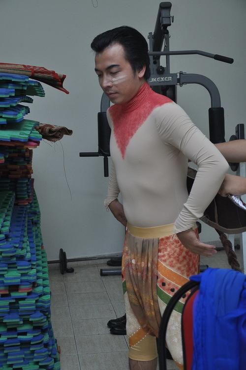 Giáo sư Cù Trọng Xoay ngày thường lém lỉnh là thế, nhưng khi nhờ người khác chỉnh trang quần áo, trông anh& hiền như nai.