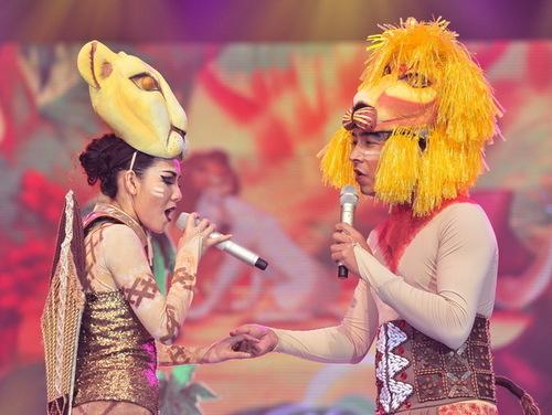 Vậy nên, tối qua Cù Trọng Xoay và Phương Linh khiến khán giả bất ngờ khi hóa trang thành hai con sư tử để minh họa cho tiết mục nhạc kịch, được trích từ vở Vua sư tử.