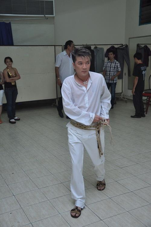 Chắc chắn chẳng mấy khán giả thấy hình ảnh Đàm Vĩnh Hưng vừa đi vừa mặc quần hay vừa đeo dây nịt như thế này, vì thường ngày Mr Đàm vốn rất chỉn chu mỗi khi xuất hiện trước công chúng.