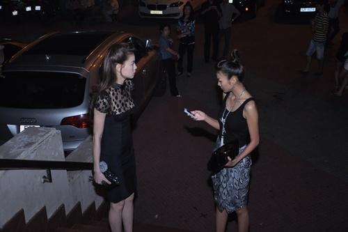 Lúc đó là 20h30, chỉ còn 30 phút nữa chương trình sẽ mở màn, nhưng một người bạn thân khác của cả hai là ca sĩ Hà Anh Tuấn vẫn chưa đến. Thanh Hằng tỏ vẻ sốt ruột, nên phải móc điện thoại ra để hỏi han xem anh đã đi đến đâu.