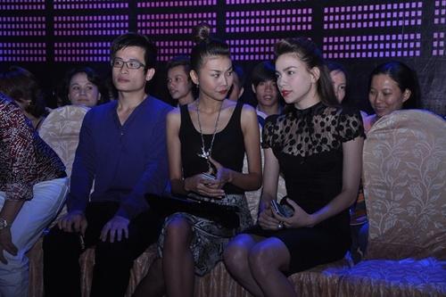 Chưa đầy 10 phút sau, Hà Anh Tuấn có mặt và an tọa bên cạnh hai cô bạn xinh đẹp.