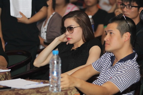 Một phút đăm chiêu của hai giám khảo Hà Hồ và Việt Tú, khi băn khoăn không biết chọn ai, bỏ ai.