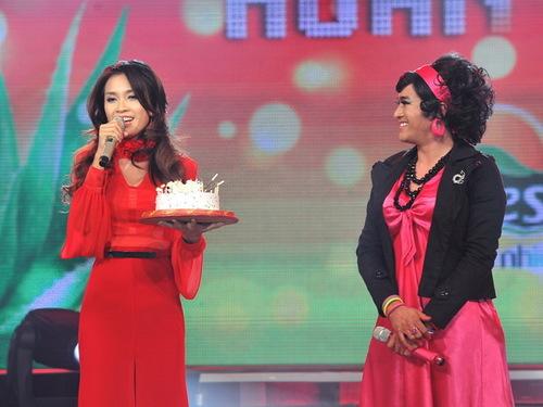 Cuối màn trình diễn, Minh Quân và các bạn bè đồng nghiệp còn tặng bánh kem cho Ái Phương, nhân dịp sinh nhật cô đúng vào ngày 20/11.