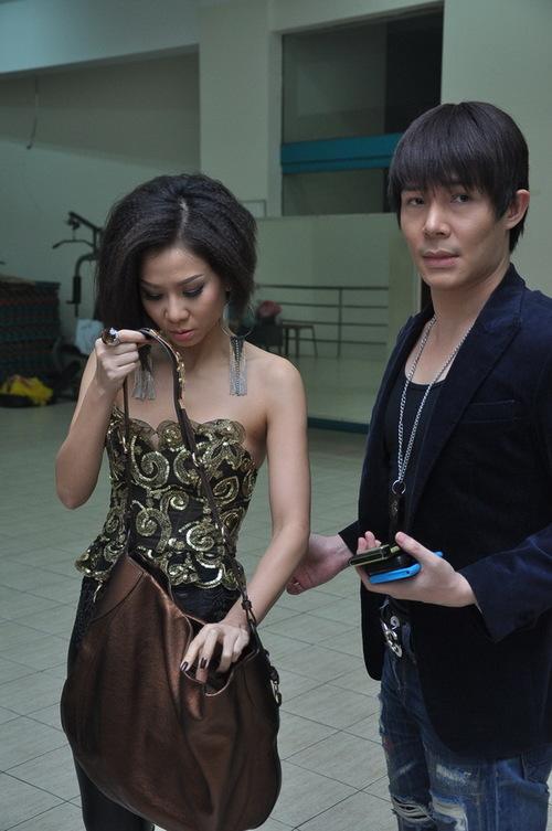 Nathan Lee bấu tay Thu Minh: Nhanh lên chị Minh, để còn& chụp hình!.
