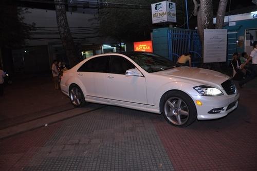 Giữa một rừng xe hơi đủ thương hiệu và kiểu dáng, chiếc xe màu trắng của siêu mẫu Thu Hằng vẫn khiến nhiều người phải ngoái lại nhìn khi nó xuất hiện tại nhà thi đấu Nguyễn Du tối 20/11.