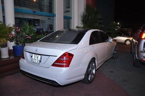 Nhìn từ phía sau, chiếc xe của siêu mẫu trông cực kỳ sang trọng và đẳng cấp.