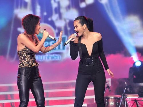 Tuy nhiên, vẻ bề ngoài gợi cảm của cả hai nữ ca sĩ dường như không còn gây nhiều chú ý, khi cả hai cất giọng với The reason.