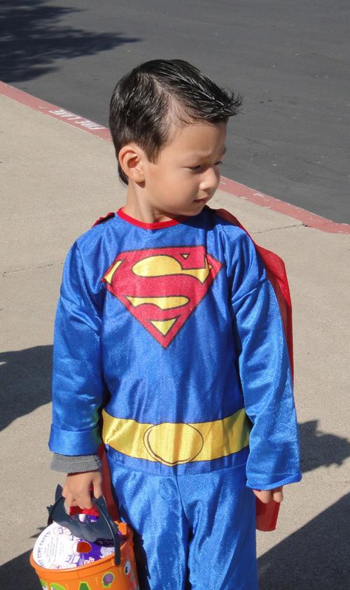 Vào đúng ngày lễ Halloween, Bảo Nam đòi mẹ cho mặc bộ quần áo siêu nhân.