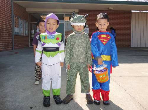 Bảo Nam và các cậu bé cùng lớp học trong ngày Halloween ở trường.