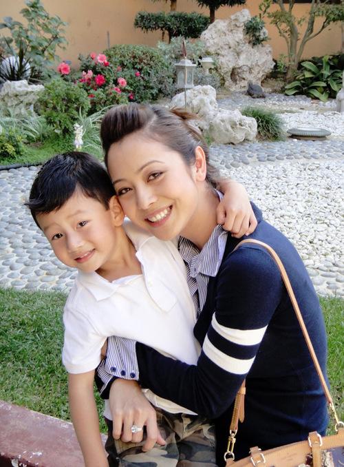 Luôn biết cách cân bằng giữa cuộc sống và công việc của mình, Jennifer Phạm vẫn giữ thói quen trò chuyện cùng con trai Bảo Nam mỗi ngày 2 lần vào buổi sáng trước khi bắt đầu một ngày mới và trước khi đi ngủ.