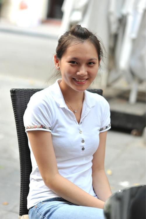 Chiều 20/11, người đẹp giản dị với áo phông, quần jeans và gương mặt không chút son phấn cùng bạn bè đi cafe ở Hà Nội.