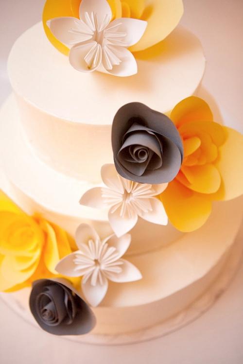 Chiếc bánh cưới cũng được làm bằng giấy nhưng trông vẫn thật ngon mắt.