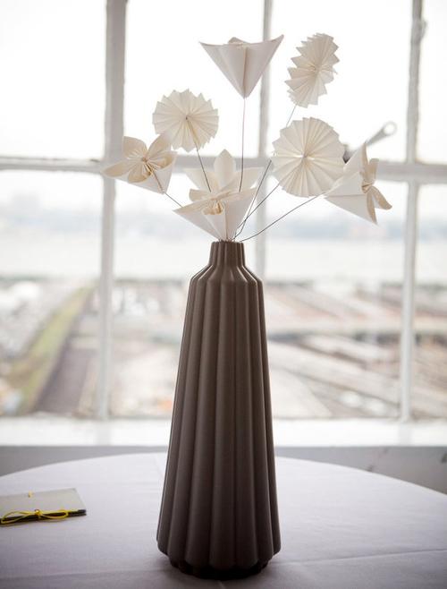 Trên mỗi bàn tiệc đều có một bình hoa bằng giấy nhỏ xinh.