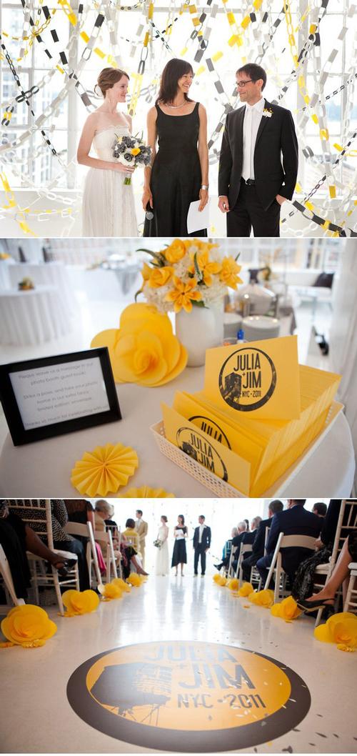 Sàn nhà và các bàn tiệc đều được trang trí hoa giấy.