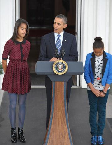 Trong lúc cha có bài phát biểu và làm lễ, Sasha cùng em gái đứng hai bên và im lặng. Chiều cao nổi bật cùng vẻ ngoài sành điệu của hai thiếu nữ nhà Obama khiến các phóng viên có mặt tại đó chú ý.