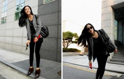 T-ara Hyomin với một áo khoác màu xám, đen lụa áo, mắt cá chân nâu khởi động laceup, và dĩ nhiên, xà cạp váy