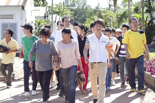 Ngay từ 6 giờ sáng, đoàn từ thiện Bồ câu trắng của Việt Trinh đã cùng nhau lên đường.