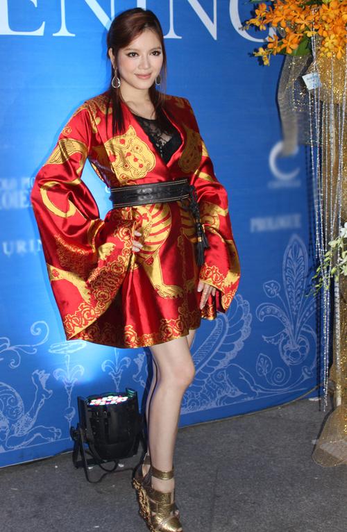 Lý Nhã Kỳ lộng lẫy trong bộ váy do nhà thiết kế lừng danh thế giới Alexander Mcqueen sáng tạo. Bộ váy là sự kết hợp văn hóa của cả phương Đông và phương Tây.