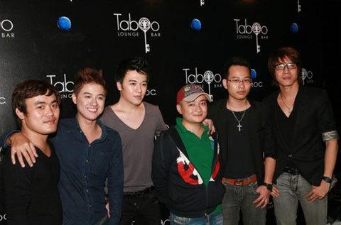 Thanh Duy Idol, ca sĩ kiêm MC Phan Anh (thứ 2 và 3 từ trái sang) cùng rất đông bạn bè đến tham dự