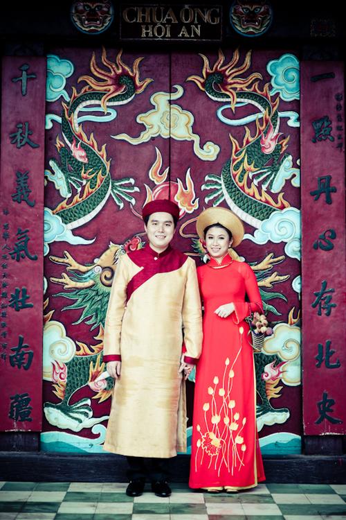 Đôi uyên ương thực hiện bộ ảnh cưới tại phố cổ Hội An.