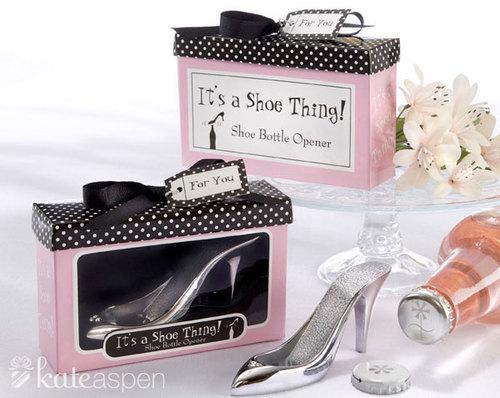 Giày màu trắng bạc là một sự lựa chọn mạo hiểm, bởi màu sắc của đôi giày sẽ nổi bật hơn cả chiếc váy cưới.
