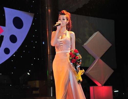 Đông Nhi đầy tâm trạng với Cho em một lần yêu của nhạc sĩ Đức Trí. Cô đang hướng đến hình ảnh người lớn hơn, nên mặc bộ đầm dài sang trọng, quyến rũ.