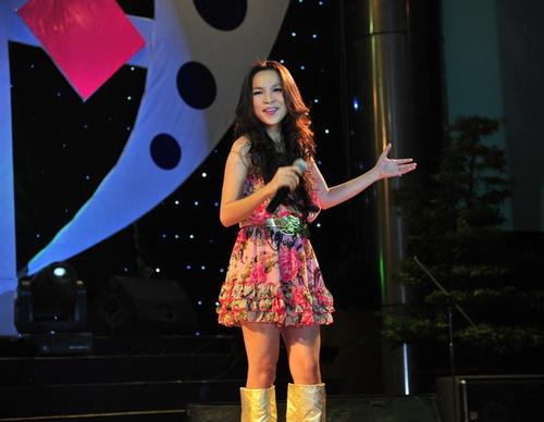 Bà mẹ một con Hiền Thục cover một ca khúc nổi tiếng của Phạm Khánh Hưng là Vì sao thế.