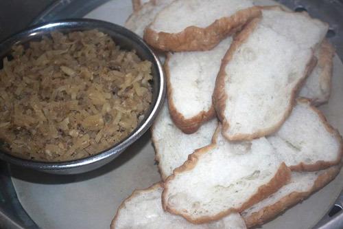 Bánh mì được hấp trong xửng.