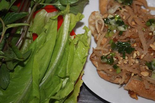 Món ăn kèm với các loại rau.
