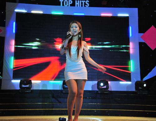 Lương Bích Hữu mở màn chương trình với bài hit Cô gái Trung Hoa. Dù mưa to nhưng cô vẫn luôn tươi cười suốt phần biểu diễn.