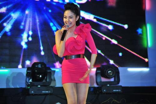 Xuất hiện ở phần cuối chương trình, Minh Hằng được khán giả ủng hộ khá nhiệt tình. Cô mặc chiếc váy hồng chéo vai, trông trẻ trung và xinh xắn. Tối qua, nữ ca sĩ triển vọng Làn Sóng Xanh 2011 hát Beautiful girl rất sôi động.