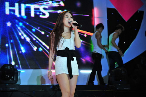 Thu Thủy ngày càng gợi cảm. Cô mặc váy ngắn khoe đôi chân trắng muốt. Tối qua, Thu Thủy nhảy và hát cùng vũ đoàn ca khúc Riêng mình tôi.