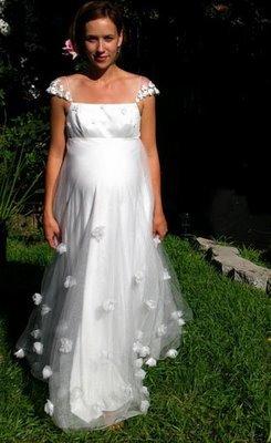 Gót váy cũng không quá dài để lúc cô dâu đi lại không bị vướng víu.