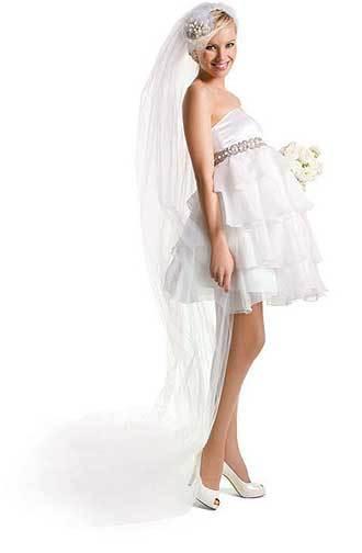 Cô dâu mang bầu vẫn có thể diện váy cưới ngắn trẻ trung.