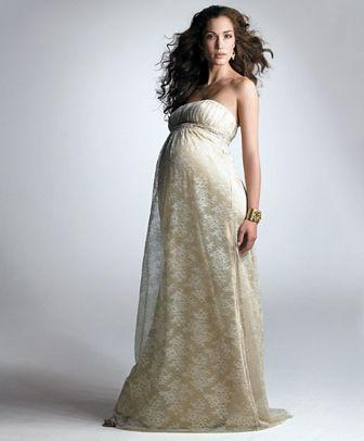 Váy cưới bầu dạng maxi là lựa chọn hoàn hảo của những cô dâu bụng lớn.